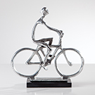 Sculpture aluminium homme sur son vélo base en marbre