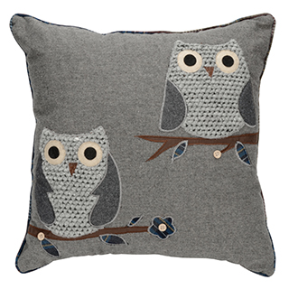 Coussin carré gris en tricot avec 2 hiboux