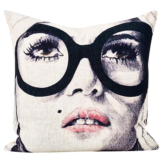 Coussin Femme aux lunettes